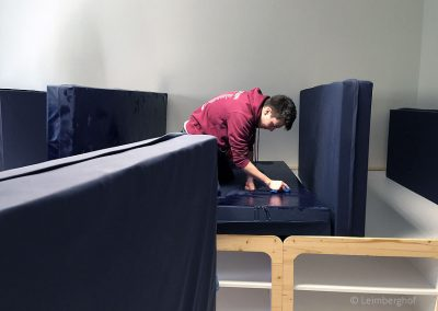 Die Zimmer sind mit pflegeleichten Matratzenlagern ausgestattet, die noch genug Stauraum für Kleidung bieten..