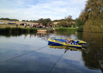 Der kleine Teich direkt neben dem Hof eignet sich für unterschiedlichste Spiele am und im Wasser.